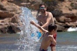 Fotografia pare i fill a la platja de l'Ametlla